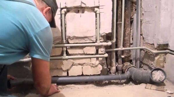 5 способов незаметно спрятать канализационную трубу в жилом помещении