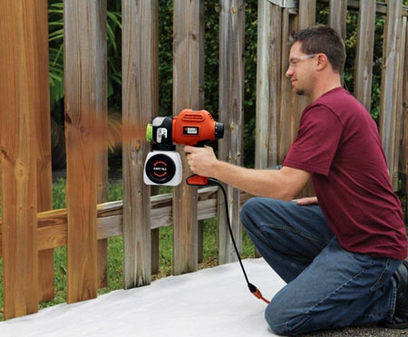 Чем лучше покрасить деревянный забор