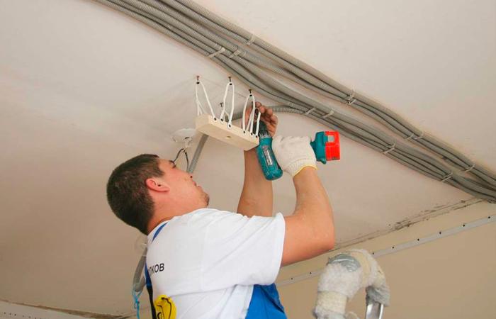Как правильно развести электропроводку по потолку