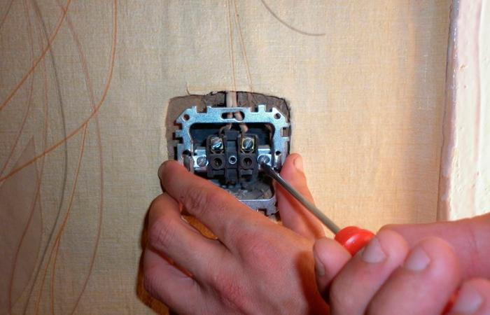 Как своими руками как поменять в доме электрическую розетку