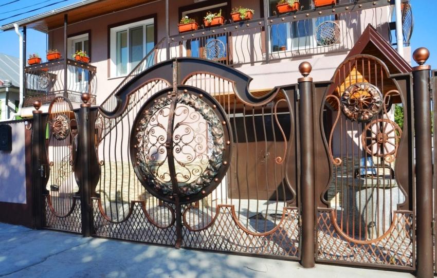 Кованые калитки: фото элегантных металлических конструкций
