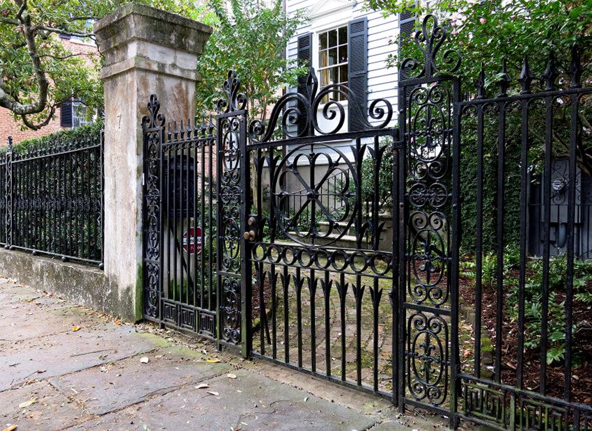 Кованые ворота: фото изделий, сочетающих эстетику ажура и прочность металла