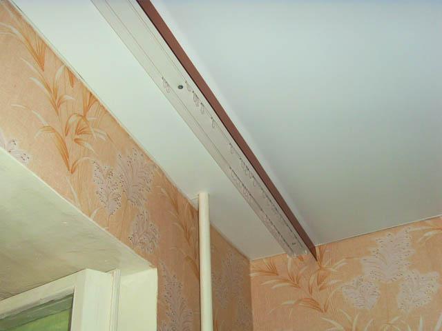 Крепление потолочного карниза под натяжной потолок своими руками