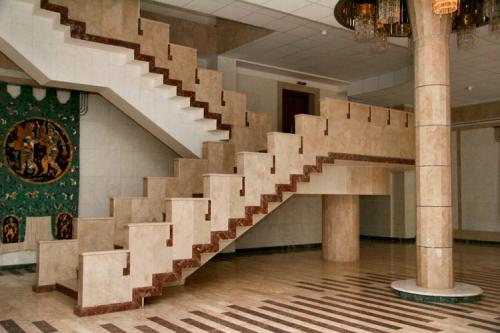 Мраморная лестница при создании интерьера