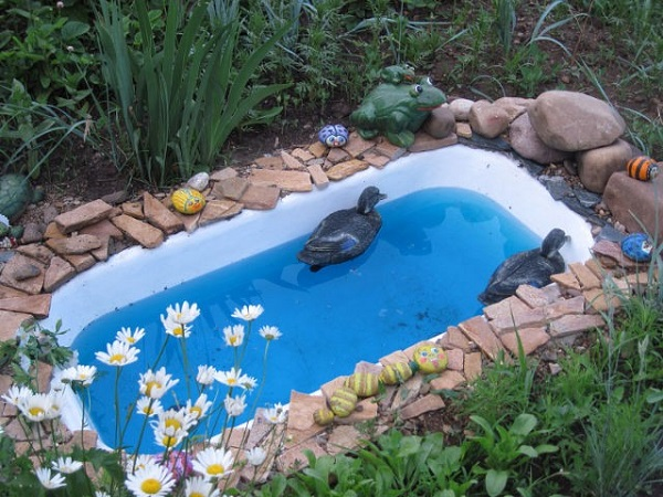 Необычное применение старой ванной на даче