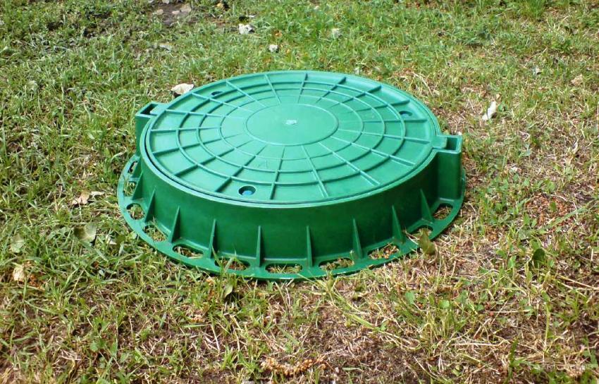 Пластиковые люки для колодцев изготавливаются из стойкого полипропилена, который не выгорает на солнце, не поддается коррозии и выдерживает температуру широкого диапазона