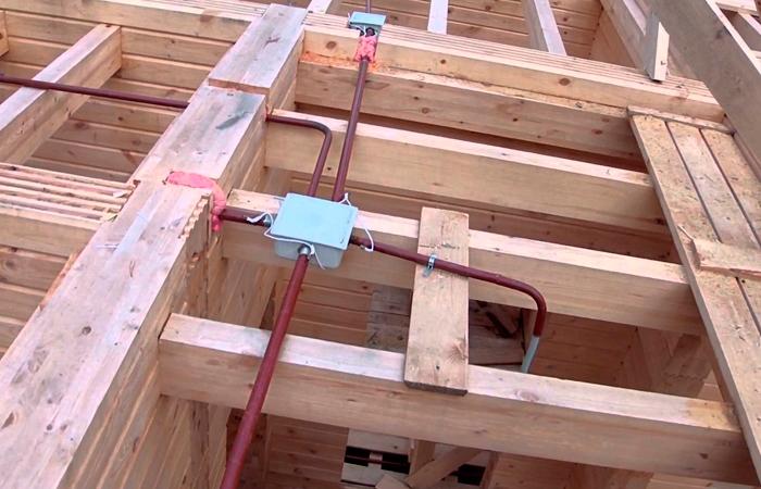 Правила установки скрытой проводки в деревянном доме