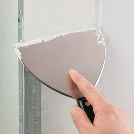 Процесс подготовки стен для поклейки обоев
