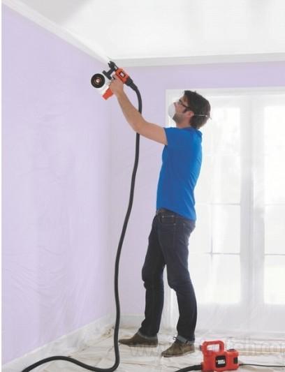 Процесс покраски потолка при помощи краскопульта