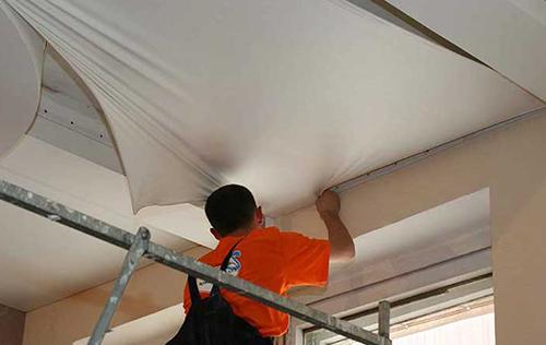 Самостоятельный ремонт поврежденного натяжного потолка