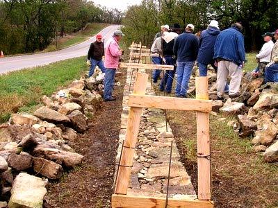 Строительство забора из дерева и камня