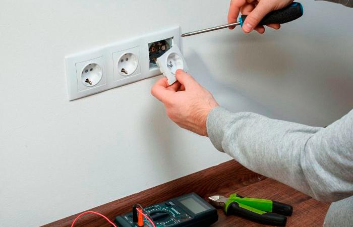 Установка электрических розеток своими руками в бетонные и деревянные стены