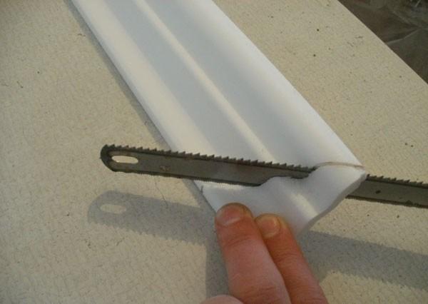 Установка потолочного плинтуса под натяжной потолок своими руками