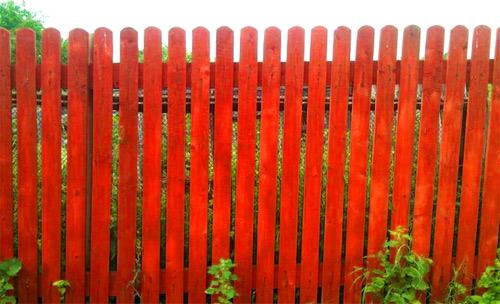Установка забора из деревянного штакетника