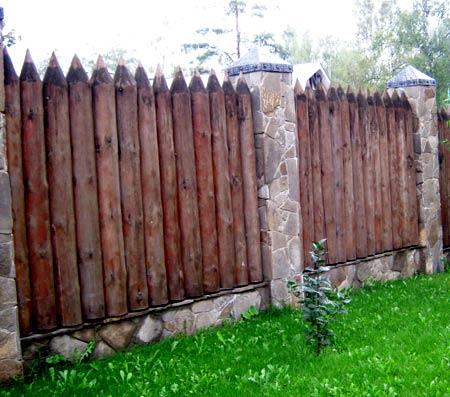Забор частокол из бревен