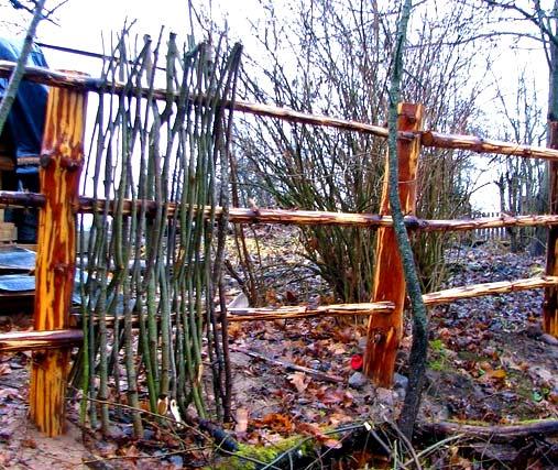 Заборы и ограждения из прутьев